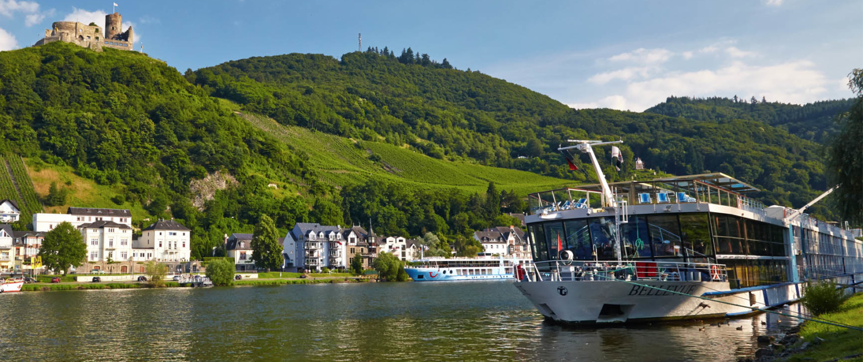 Blick zur Burg Landshut mit Villa Mosella und Mosel-Schifffahrt