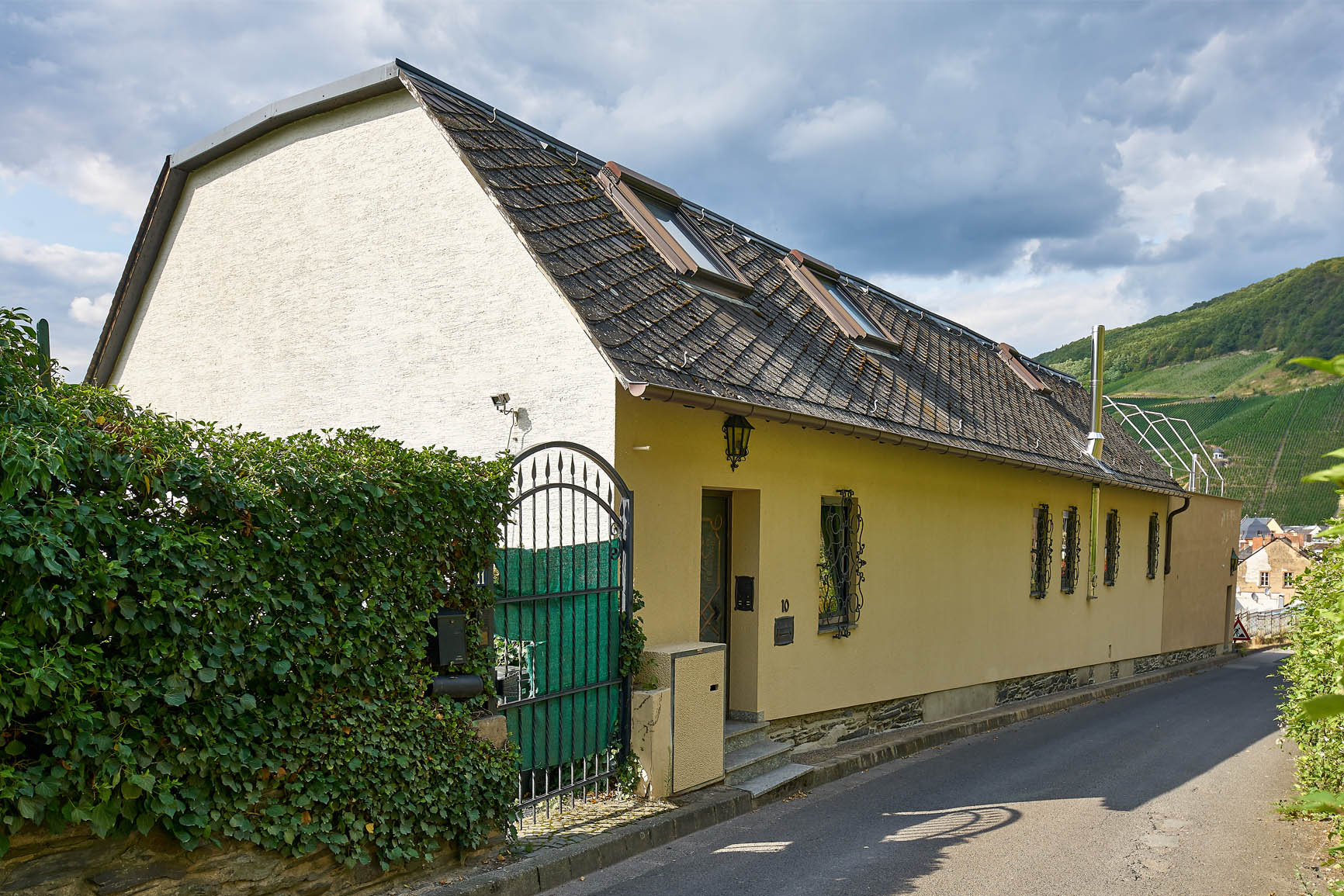 Ferienhaus Mosel-Herberge Aussenansicht mit Straße zur Burg Landshut