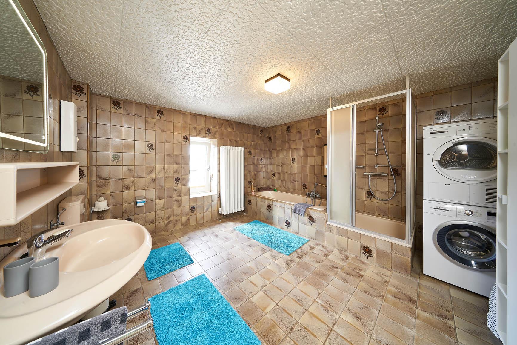 Ferienhaus Mosel-Herberge großes Badezimmer mit Badewanne Dusche Waschmaschine und Trockner