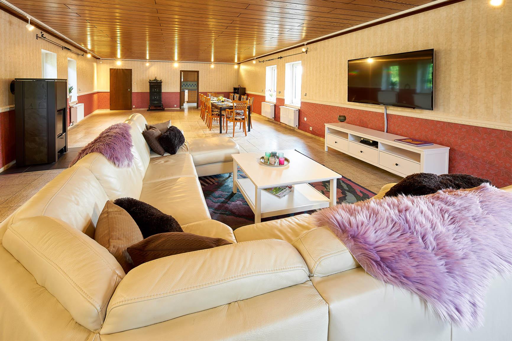 Ferienhaus Mosel-Herberge Wohnbereich mit Holzkamin