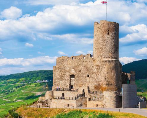 Die Festung Burg Landshut thront über das Moseltal