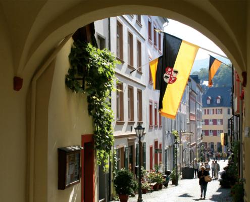 Graacher Tor in Bernkastel mit schwarz-gelber Stadtfahne