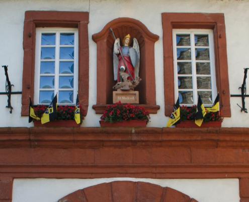 Graacher Tor in Bernkastel mit dem Heiligen St. Michael