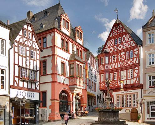 Historischer Marktplatz von Bernkastel mit Fachwerkhäusern
