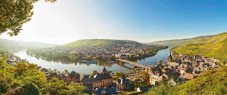 Grandioser Moselblick mit Stadtansicht auf Bernkastel-Kues und dem Kueser Plateau