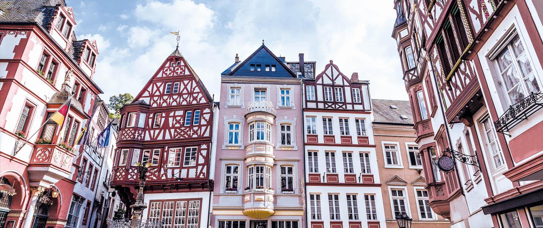 Mittelalterlicher Marktplatz in Bernkastel-Kues von Fachwerkbauten umgeben