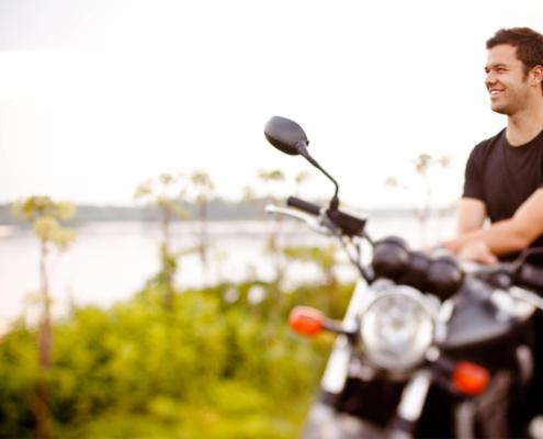 Motorradfahren entlang der kurvenreichen Mosellandschaft
