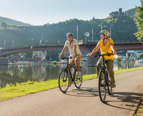 Fahrrad fahren entlang der Mosel unterhalb der Burg Landshut